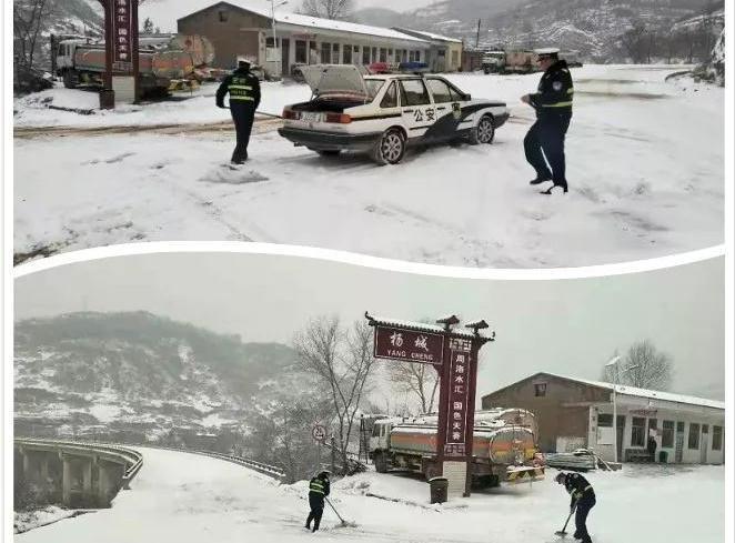 志丹交警雪中执勤保畅通