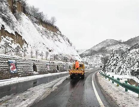 除雪保畅 志丹县公路段全体职工在行动